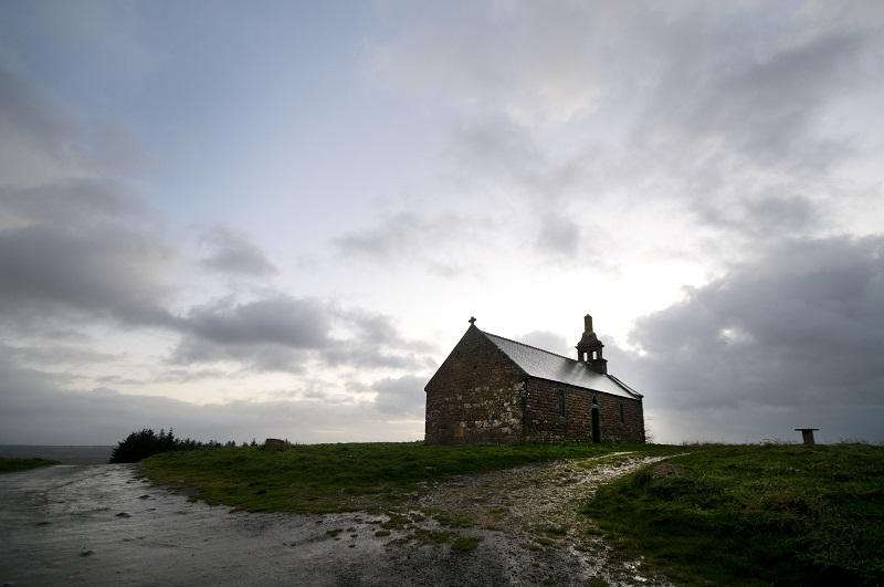 Vue sur la chapelle de Menez Bre