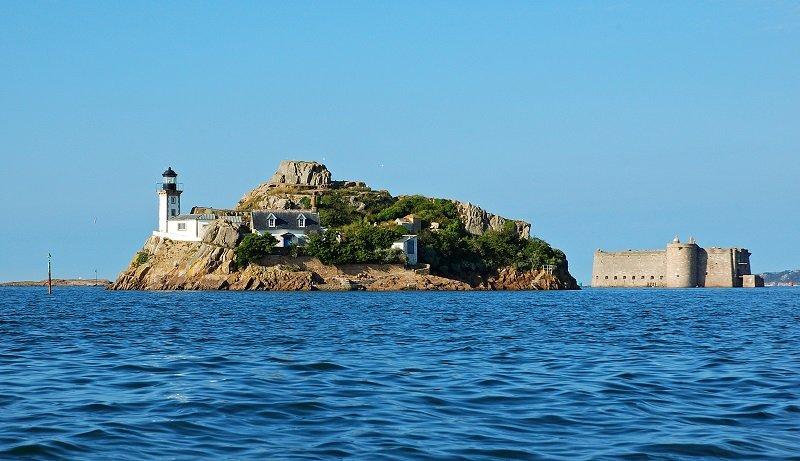 Vue sur le Chateau du Taureau et sur le phare de l'ile de Louet.