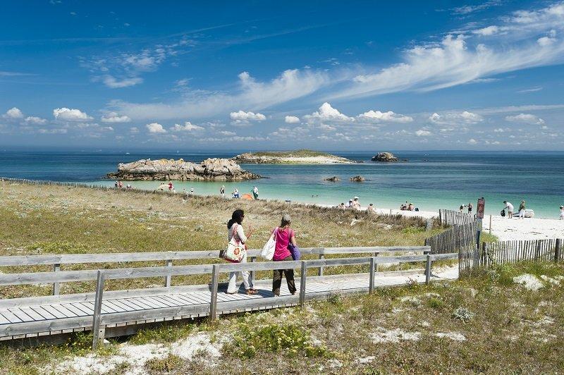 Les iles du Ponant, ponton pour la protection du littoral menant vers la plage