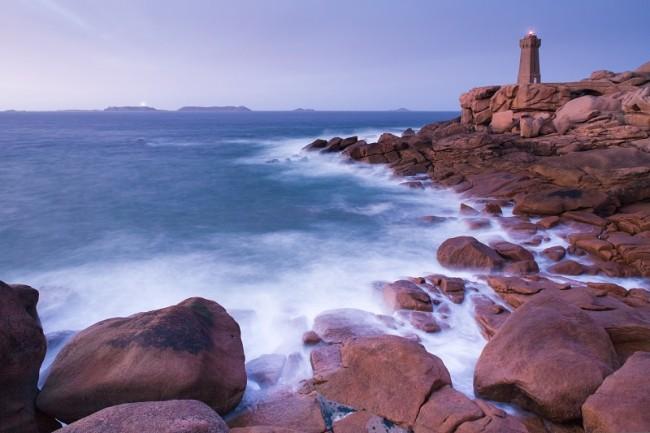 Vue sur le phare de Ploumanac'h, ecume sur les rochers.