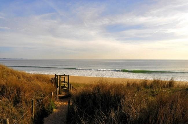 la plage au coucher du soleil.