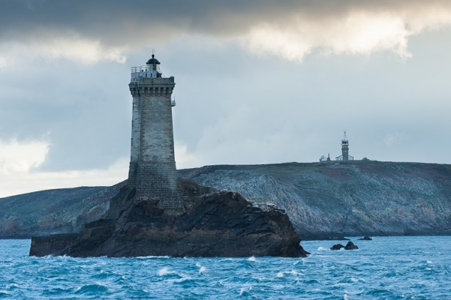 Vue sur le phare de la Vieille de la Pointe du Raz.