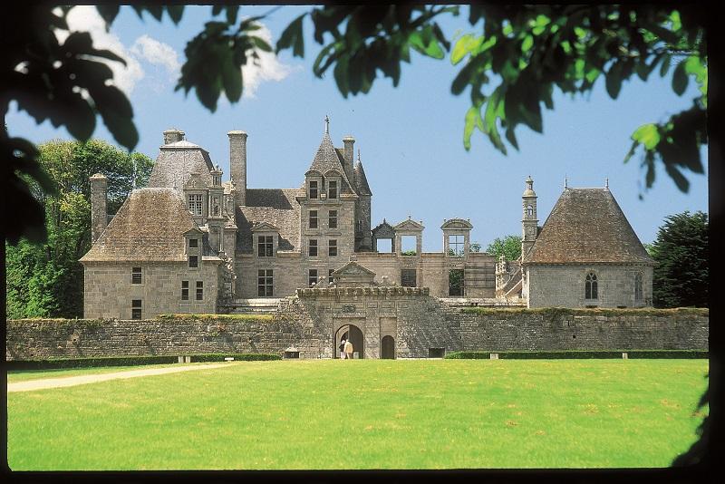 Vue sur le chateau de Kerjean de Saint-Vougay.