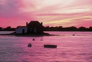 Petite maison du pecheur au coucher du soleil sur la Ria d'Etel.